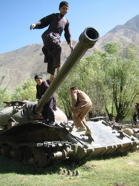 06. Kids play on a tank